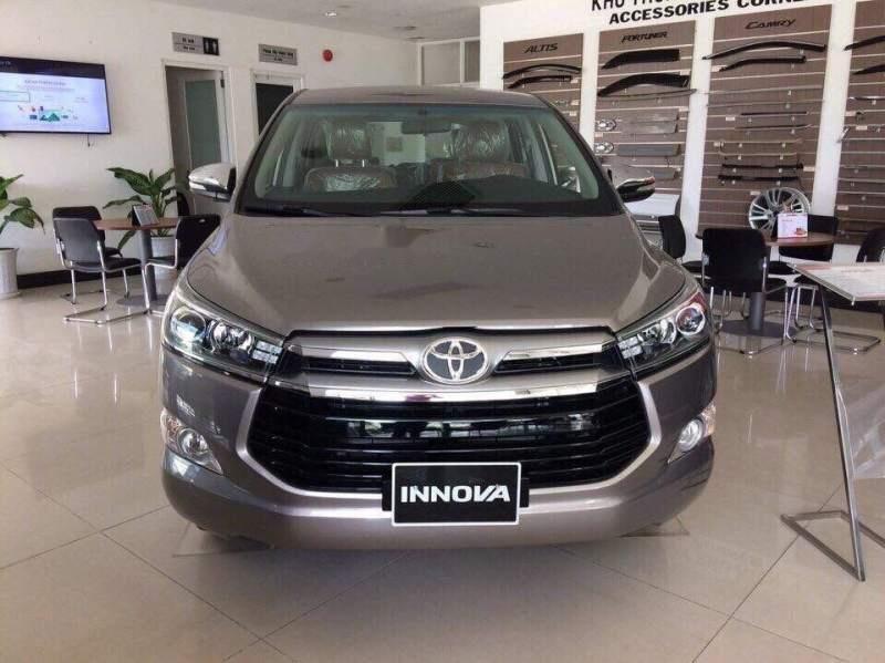 Cần bán Toyota Innova 2.0V đời 2019, màu xám, giá 946tr-0