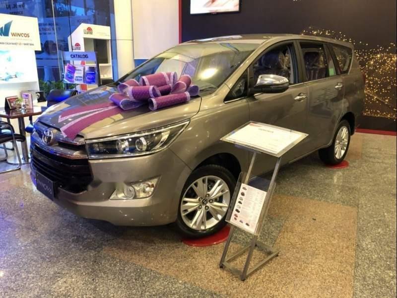 Cần bán Toyota Innova 2.0V đời 2019, màu xám, giá 946tr-4