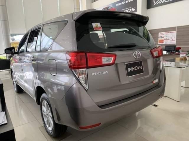 Cần bán Toyota Innova 2.0E năm 2019, màu xám-2