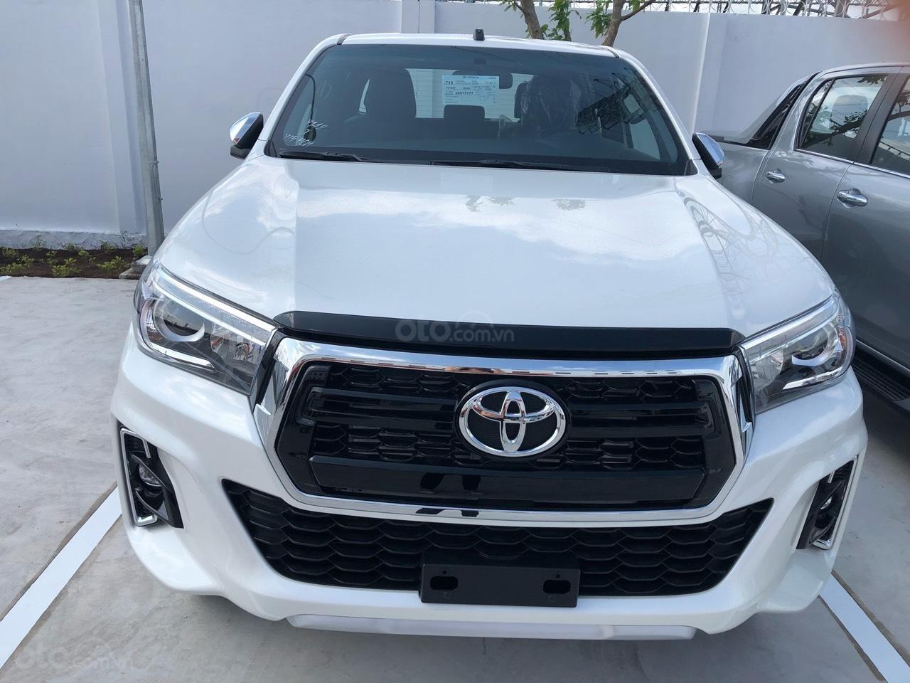 Toyota Hilux 2.8Q (4X4) 2 cầu, màu trắng, xe nhập, giao ngay, xe mới 100%-0