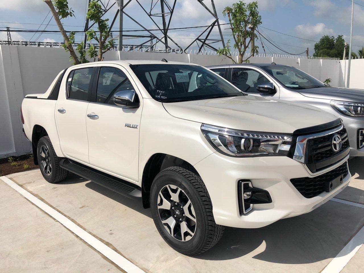 Toyota Hilux 2.8Q (4X4) 2 cầu, màu trắng, xe nhập, giao ngay, xe mới 100%-1