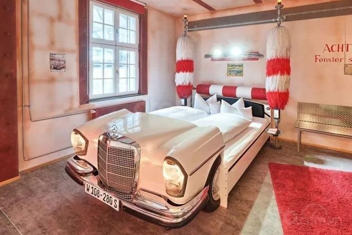 Giường ngủ được chế tạo từ xe khung xe hơi cũ...