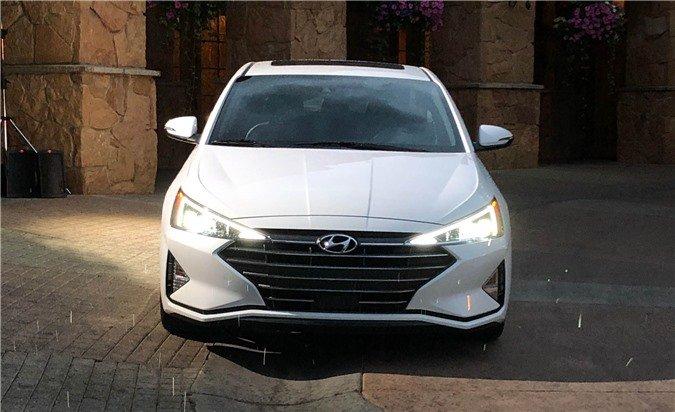 Ảnh chụp đầu xe Hyundai Elantra 2019 màu trắng