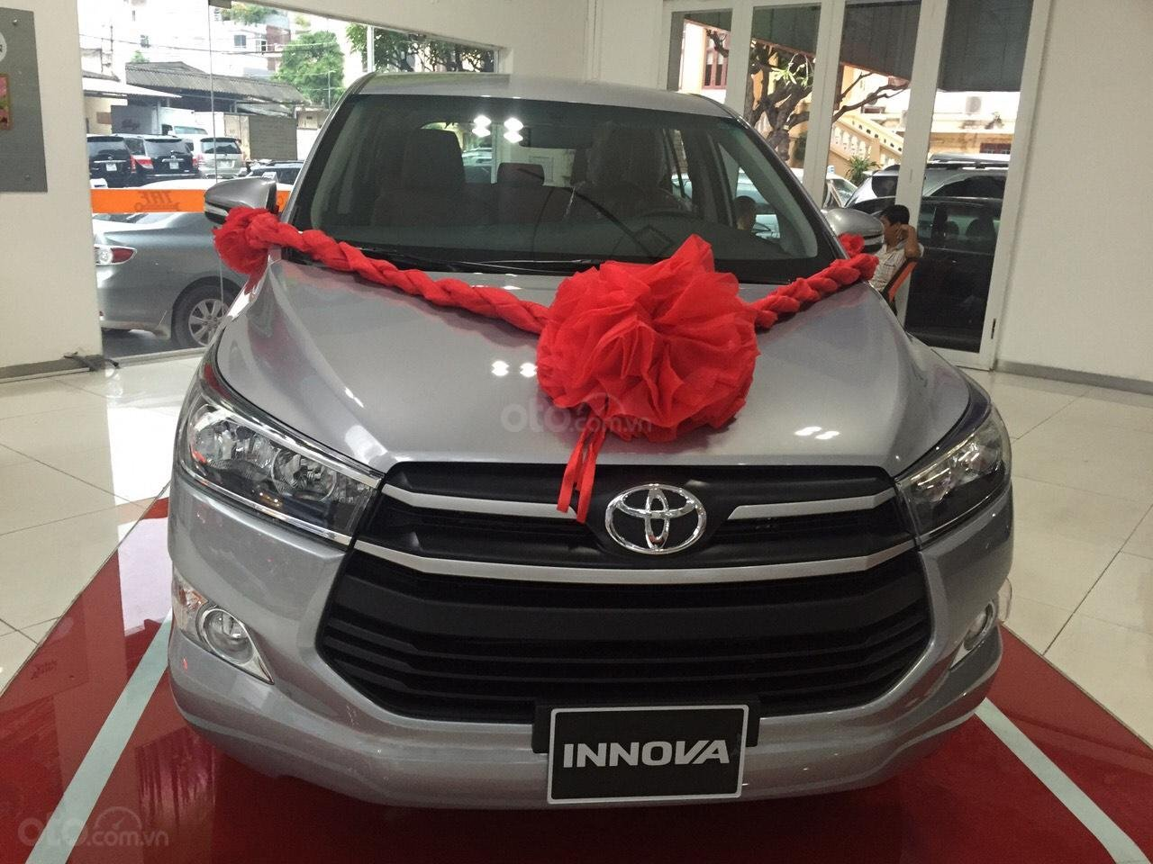 Bán xe Toyota Innova 2.0E số sàn, năm sản xuất 2019, màu bạc-0