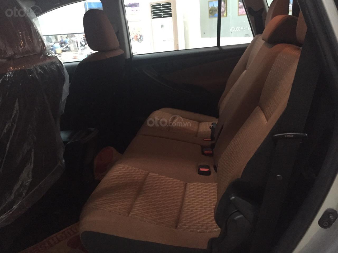 Bán xe Toyota Innova 2.0E số sàn, năm sản xuất 2019, màu bạc-3