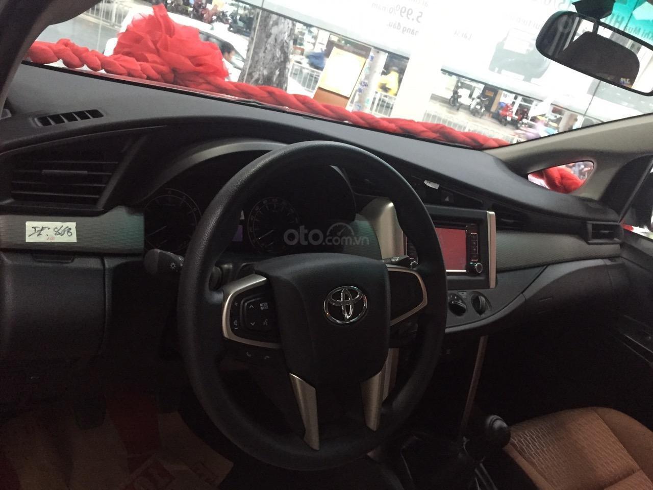 Bán xe Toyota Innova 2.0E số sàn, năm sản xuất 2019, màu bạc-4