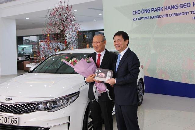 HLV Park Hang-seo còn từng nhận xe Kia Optima từ Thaco