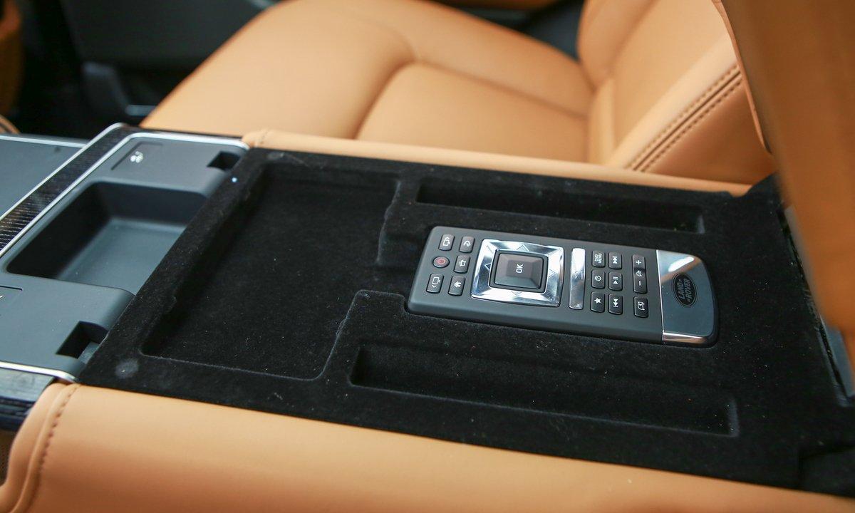 Điều khiển từ xa của màn hình giải trí cho hàng ghế thứ hai trên Range Rover Autobiography LWB 2019 ...