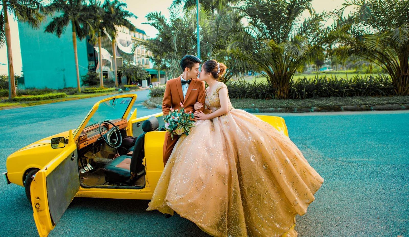 Nhiều cặp đôi rộn ràng chụp ảnh cưới bên xế cổ Mazda 1200 gây sốt4aa
