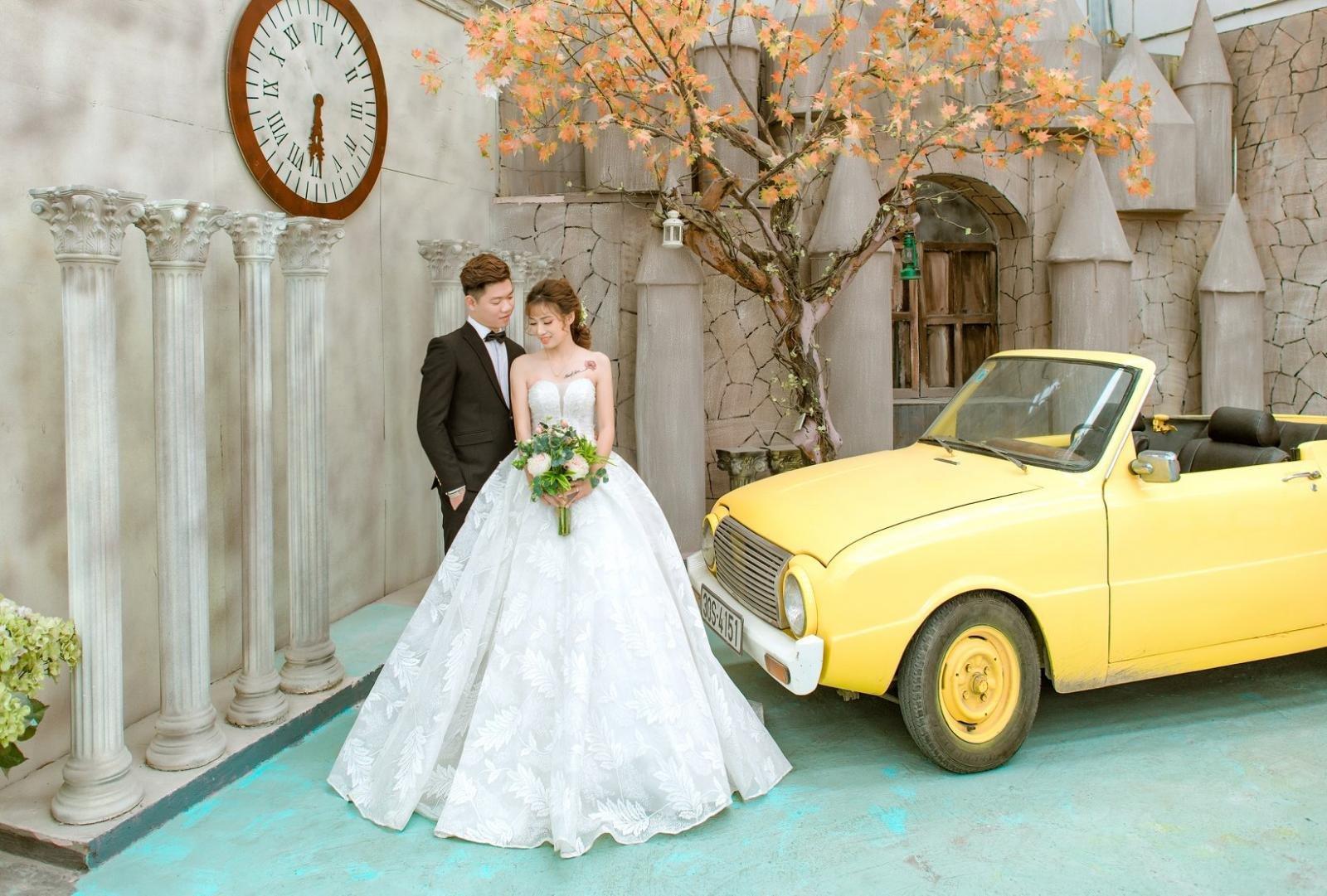 Nhiều cặp đôi rộn ràng chụp ảnh cưới bên xế cổ Mazda 1200 gây sốt