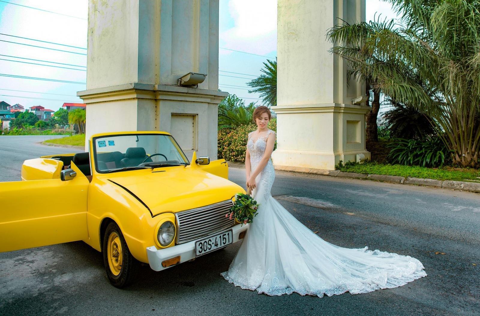 Nhiều cặp đôi rộn ràng chụp ảnh cưới bên xế cổ Mazda 1200 gây sốt5aa