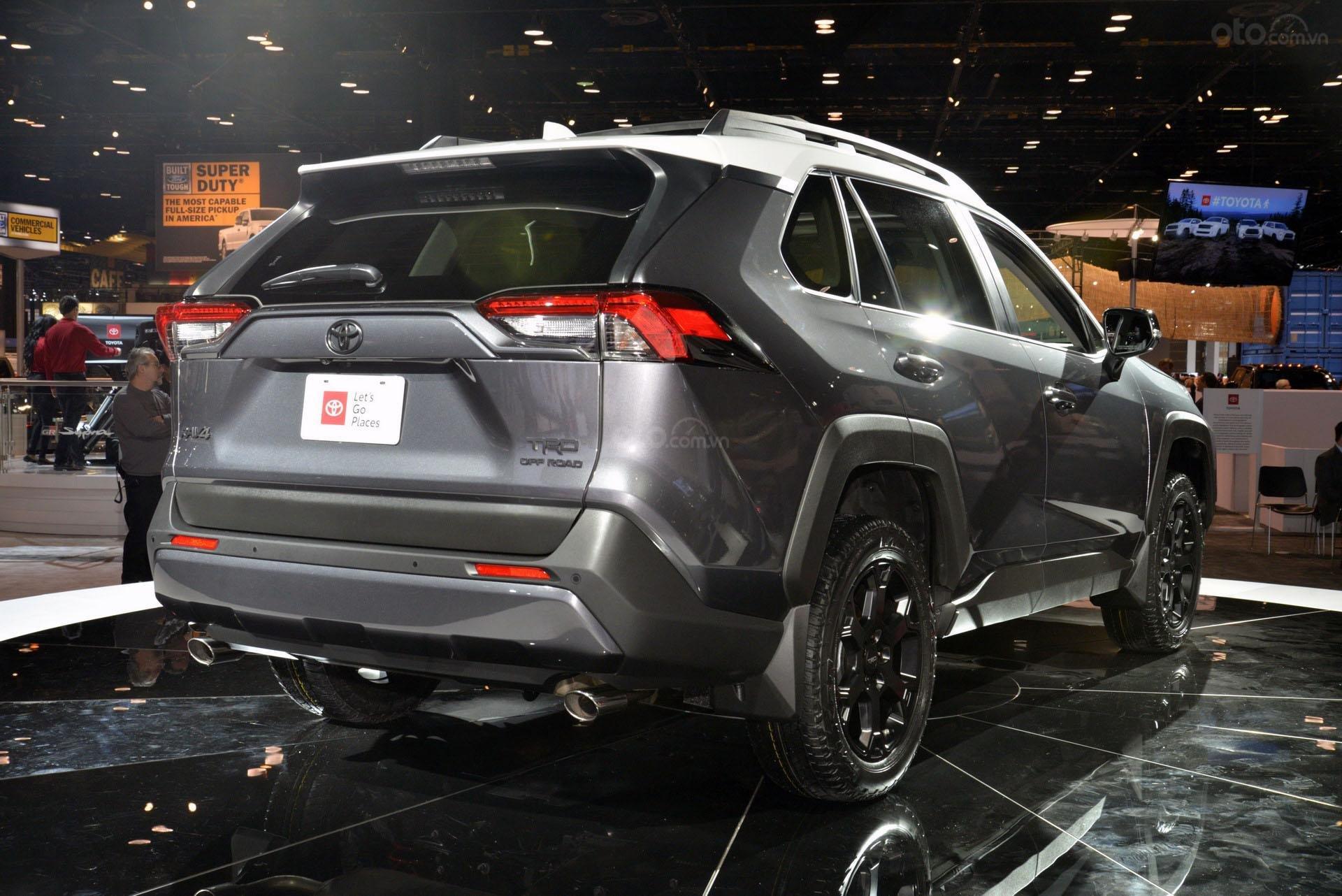 Toyota RAV4 TRD Off-road 2020 đuôi xe