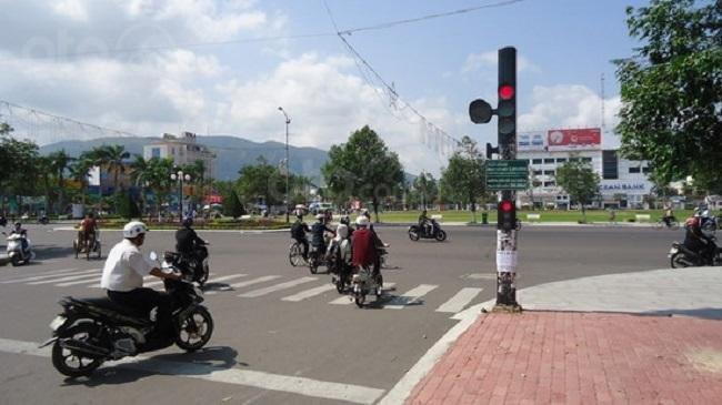 Hình ảnh vượt đèn đỏ xảy ra khá phổ biến tại đường phố Việt Nam...