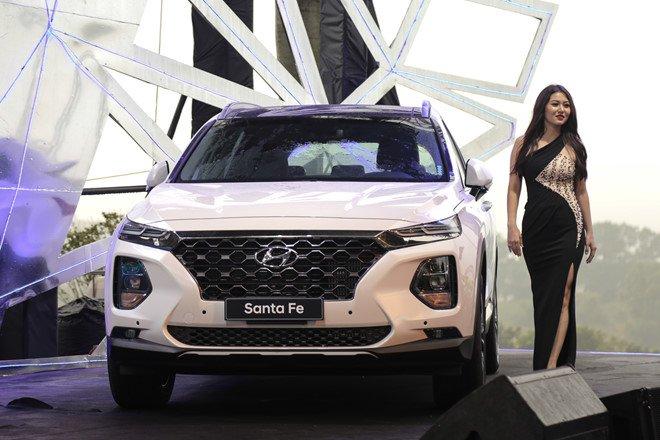 Hyundai Santa Fe 2019 bên cạnh người mẫu