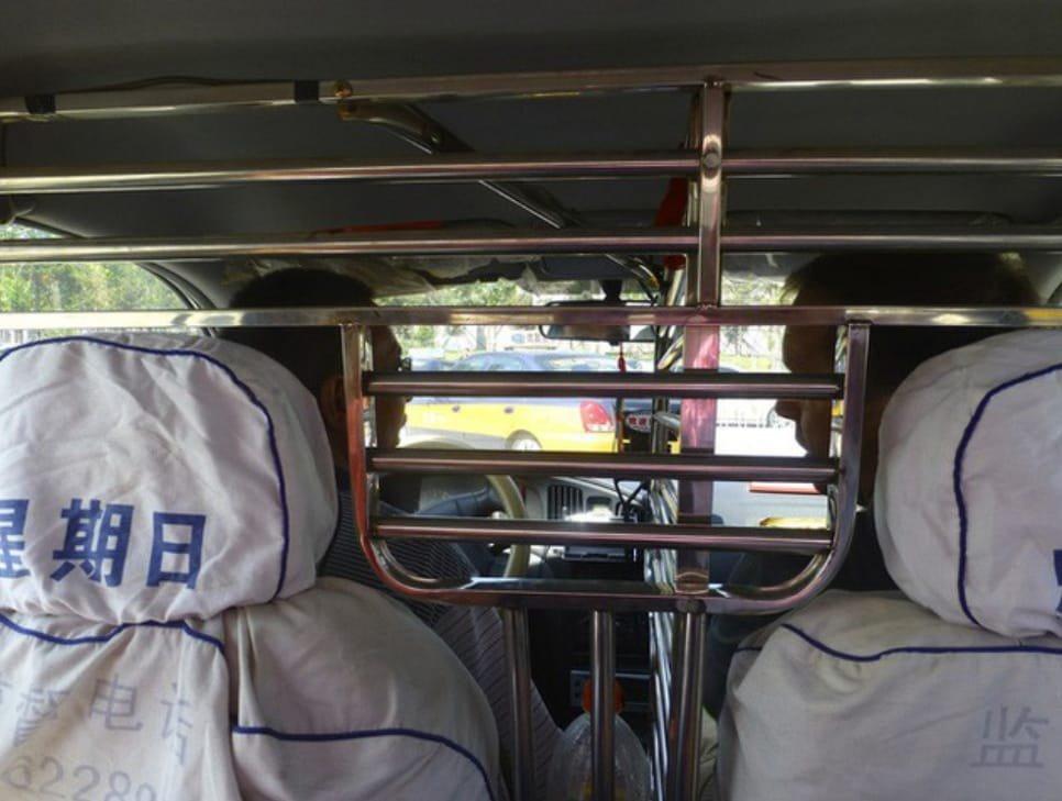 Lắp thêm khung cứng bảo vệ trong xe có bị xử phạt?23aa
