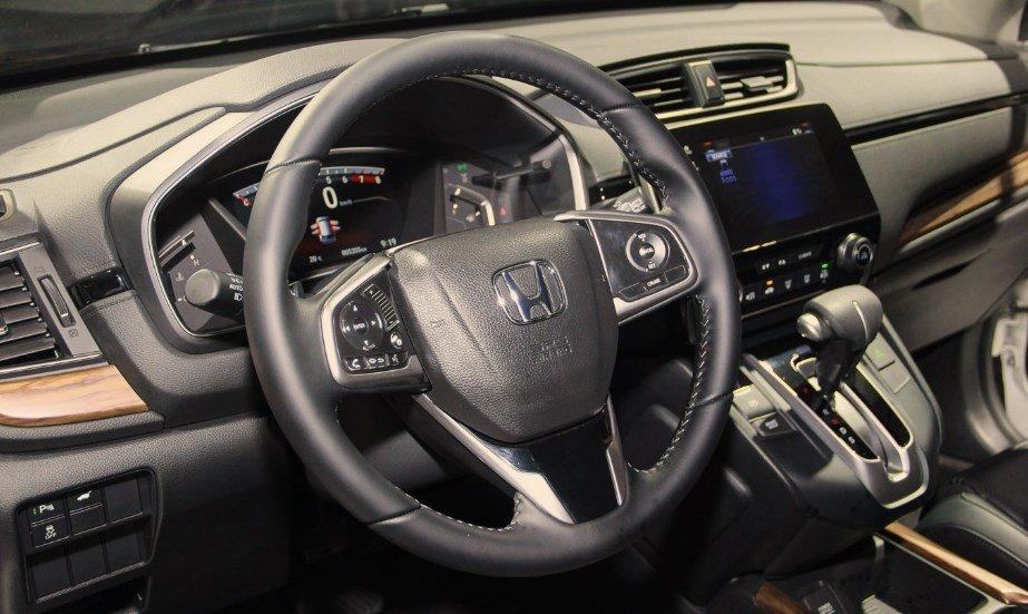 Đánh giá xe Honda CR-V 2018 bản 7 chỗ: Vô lăng 3 chấu.