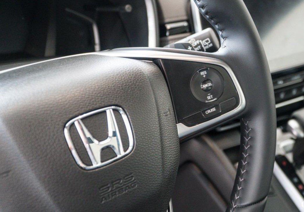 Đánh giá xe Honda CR-V 2018 bản 7 chỗ: Vô lăng tích hợp nút điều khiển âm thanh.