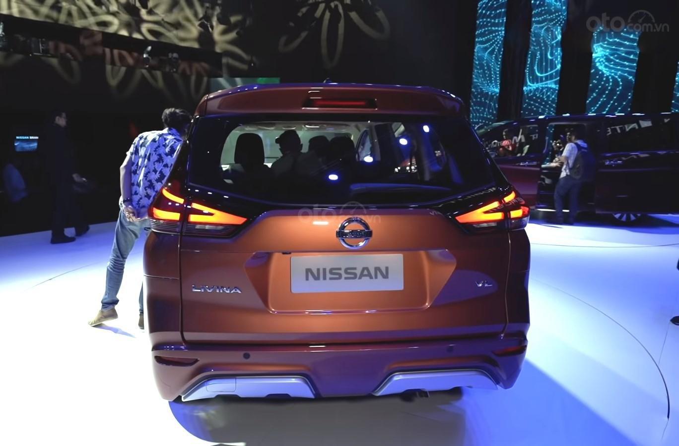 Ảnh chụp đuôi xe Nissan Grand Livina 2020 màu cam