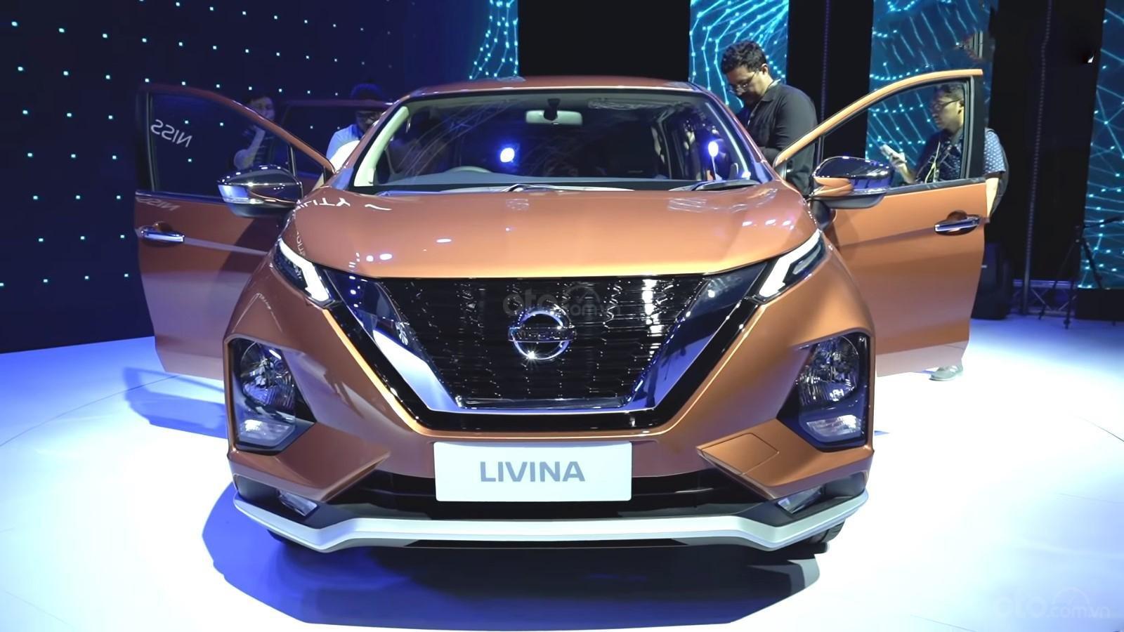 Ảnh chụp đầu xe Nissan Grand Livina 2020 màu cam
