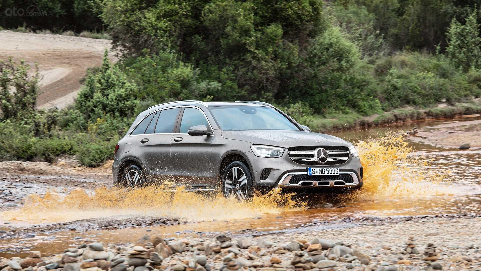 Mercedes-Benz GLC-Class 2020 đang lội nước