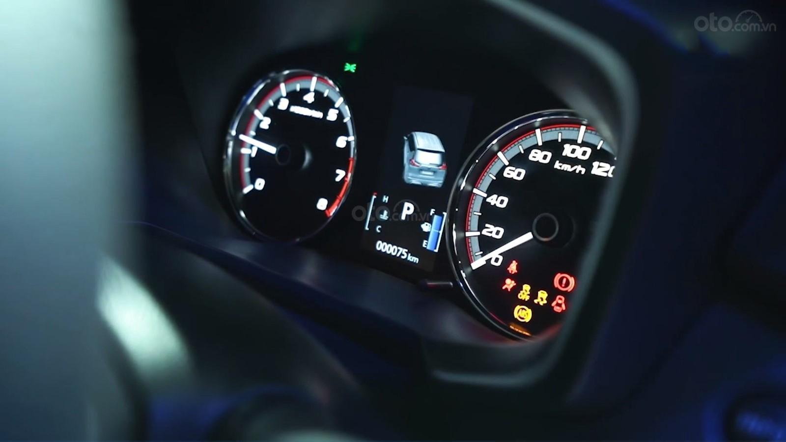 Ảnh chụp cụm đồng hồ xe Nissan Grand Livina 2020