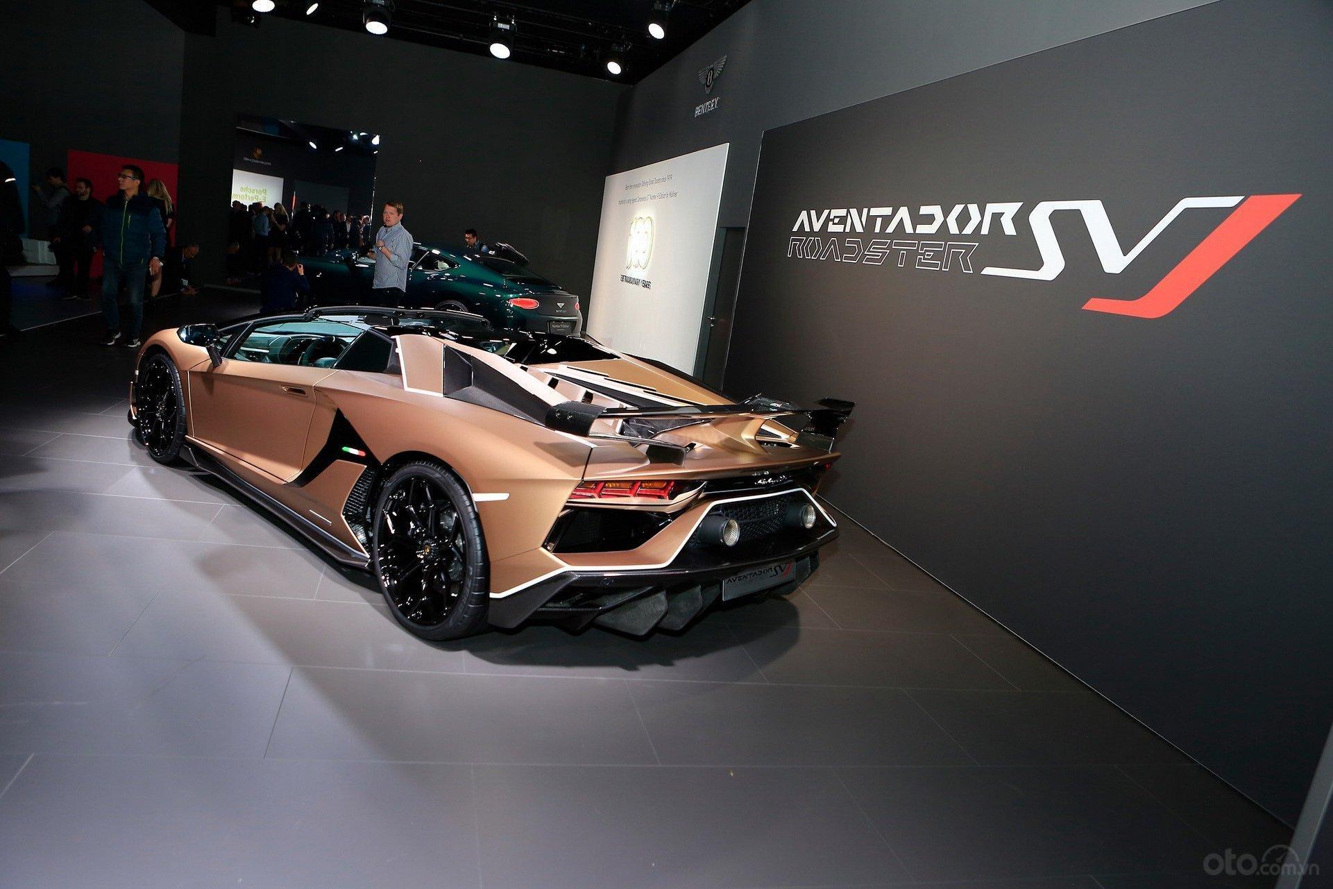 Lamborghini Aventador SVJ Roadster đuôi xe