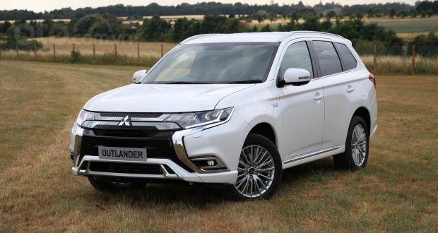 Mitsubishi Outlander PHEV màu trắng