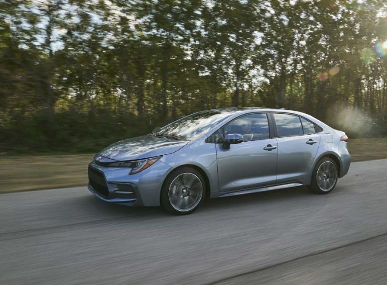 Toyota Corolla 2020 di chuyển trên đường.