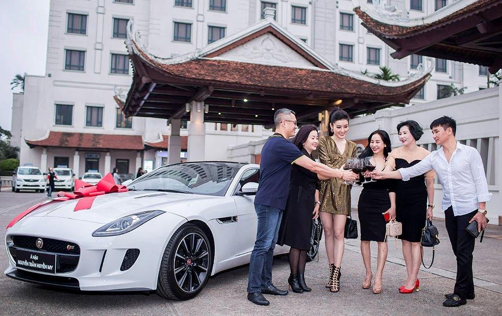 Á hậu Huyền My mua xe Jaguar F-Type 6 tỷ đồng a1