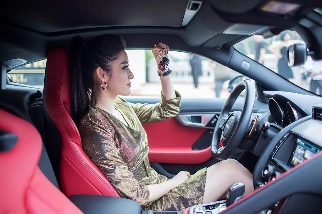 Á hậu Huyền My mua xe Jaguar F-Type 6 tỷ đồng a7.