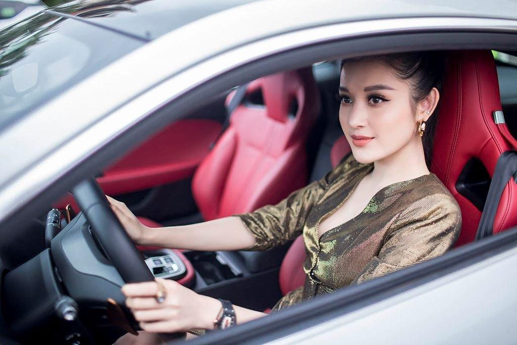 Á hậu Huyền My mua xe Jaguar F-Type 6 tỷ đồng a5.