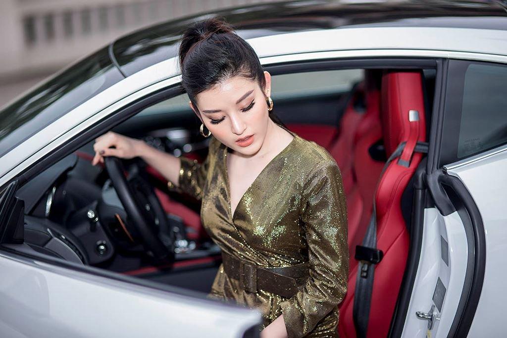 Á hậu Huyền My mua xe Jaguar F-Type 6 tỷ đồng a4.