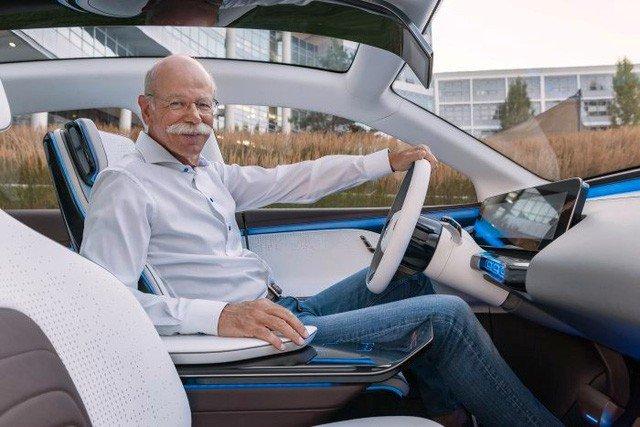 Chủ tịch của Daimler lái thử để trải nghiệm mẫu concept của xe điện Generation EQ...