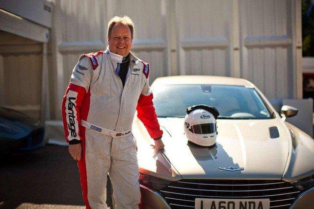 CEO Aston Martin lái thử các mẫu xe của hãng nhà trên đường đua...