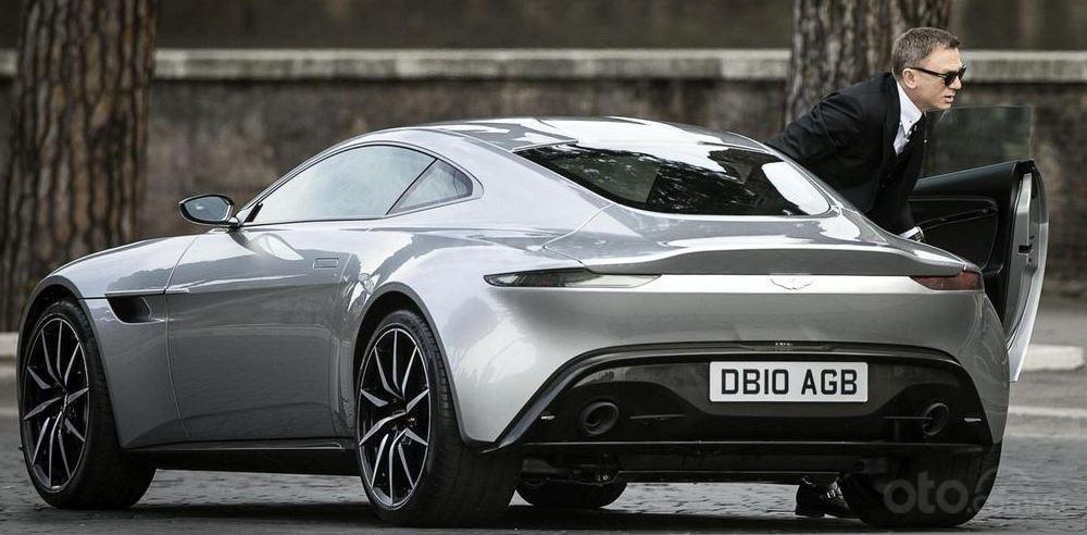 James Bond bên chiếc Aston Martin DB10 trong phim Spectre