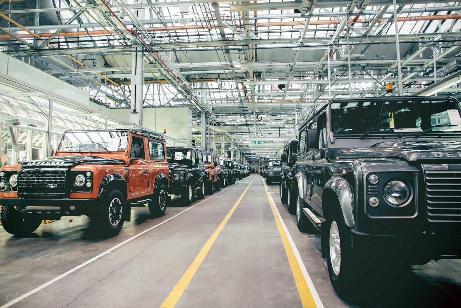 Land Rover Defender trong nhà máy