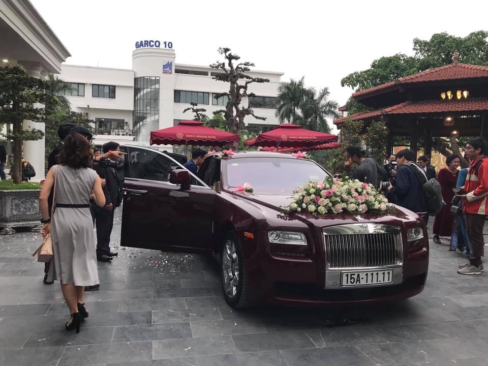 Rolls-Royce Ghost đỏ mận nổi bật