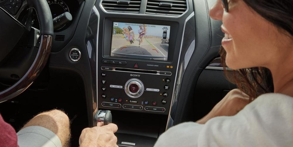 So sánh Ford Explorer 2019 và Mercedes-Benz GLC-Class 2019 về tiện nghi giải trí.