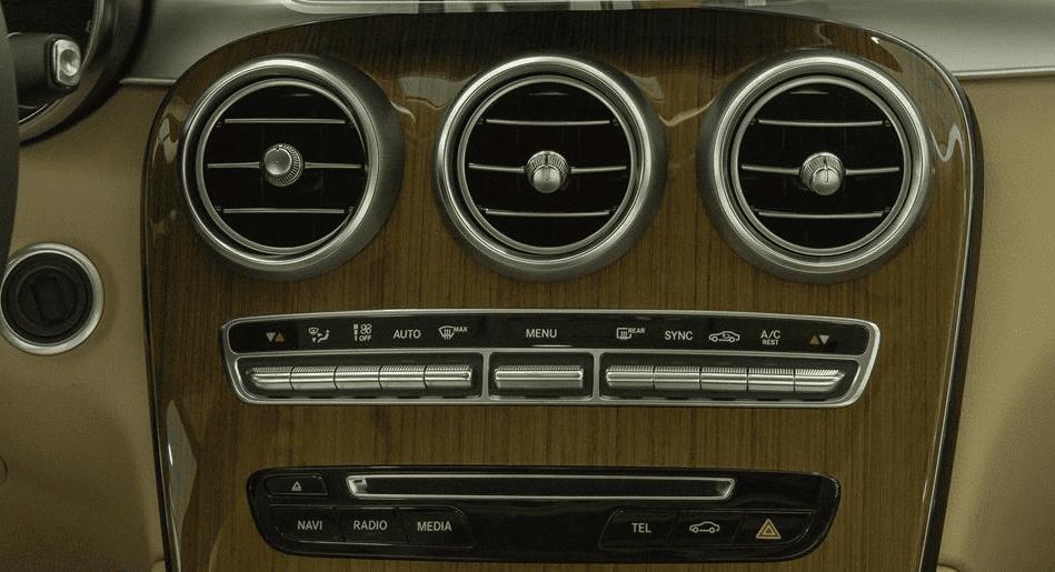 So sánh Ford Explorer 2019 và Mercedes-Benz GLC-Class 2019 về tiện nghi giải trí 3