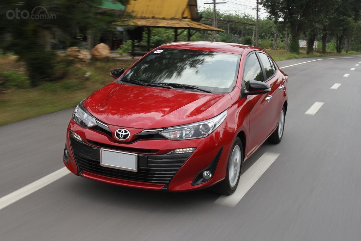Toyota Vios 2019 màu đỏ chạy trên đường