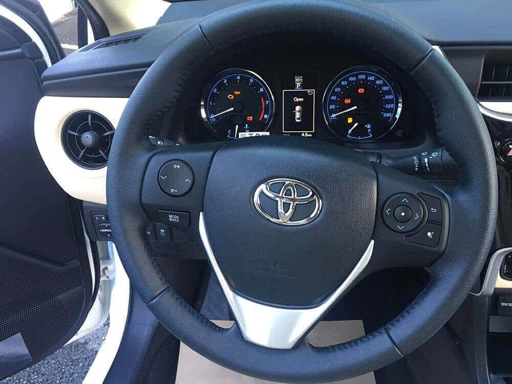 Kia Cerato 2019 và Toyota Corolla Altis 2018 về vô lăng 2