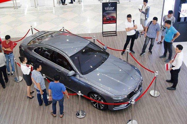 Xe VinFast được trưng bày tại  trung tâm thương mại VinCom...