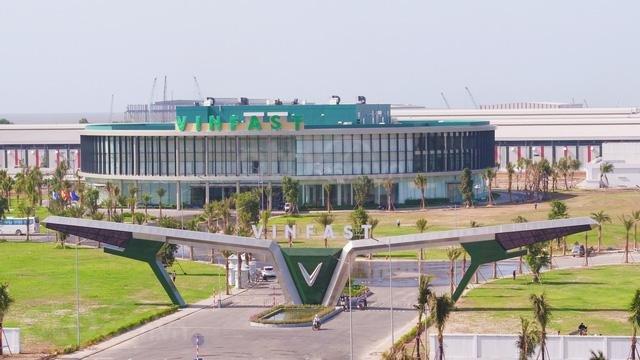 Cổng chính và khu nhà điều hành của tổ hợp nhà máy sản xuất VinFast...