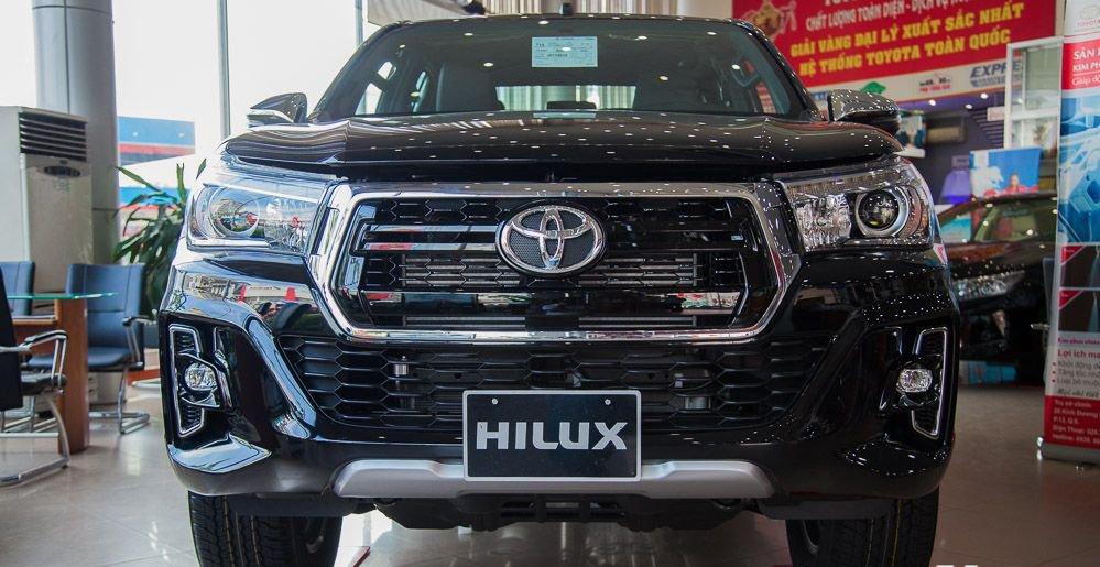 So sánh xe Chevrolet Colorado 2019 và Toyota Hilux 2019 về đầu xe.