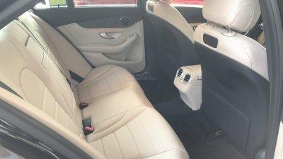 Hàng ghế sau của Mercedes-Benz C200 2019