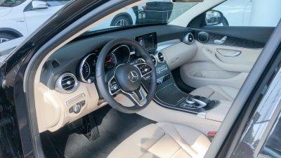 Hàng ghế trước của Mercedes-Benz C200 2019