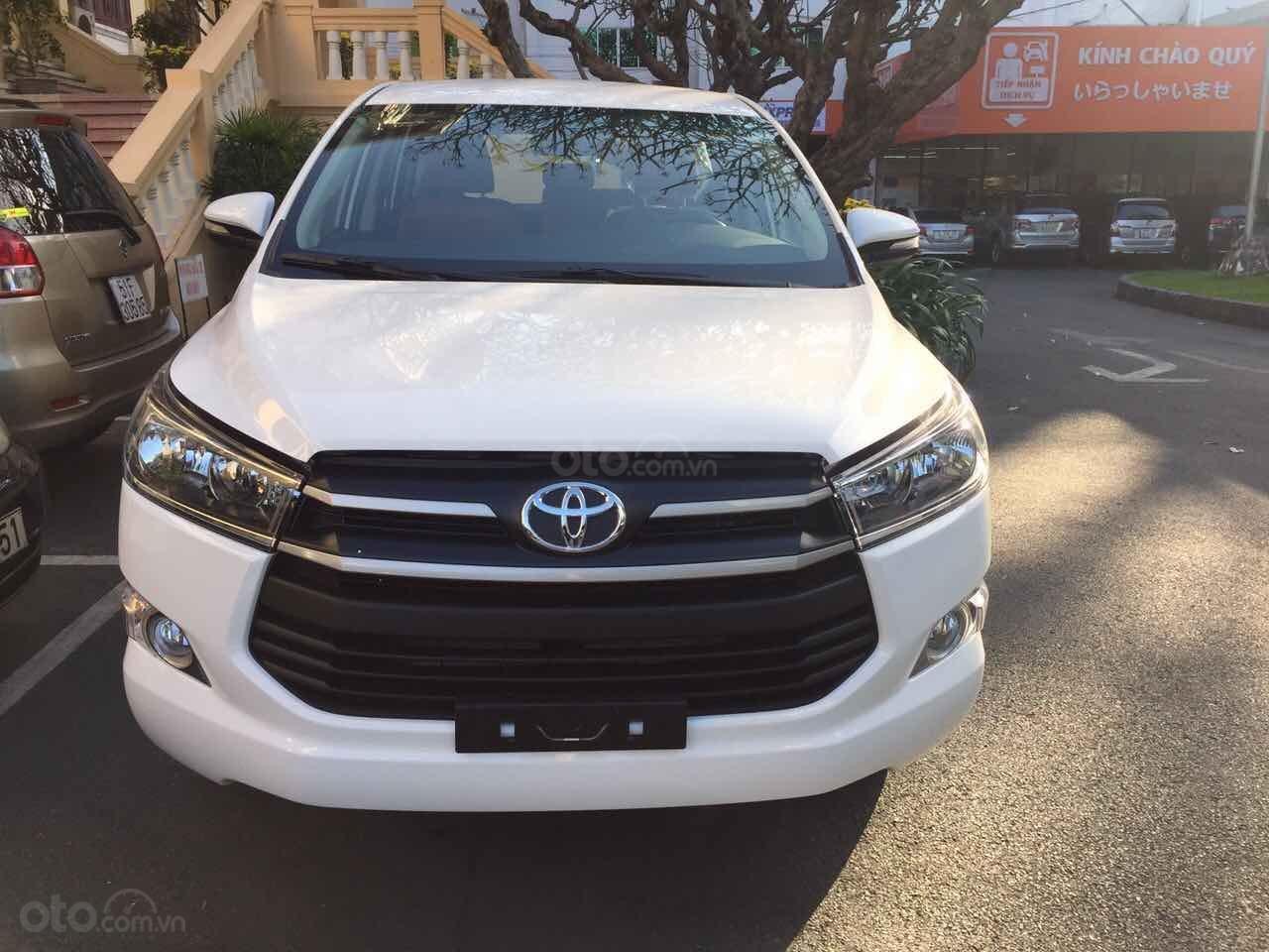 Cần bán xe Toyota Innova 2.0E MT đời 2019, màu trắng giảm tiền mặt, tặng bảo hiểm, DVD, camera, hộp đen-0
