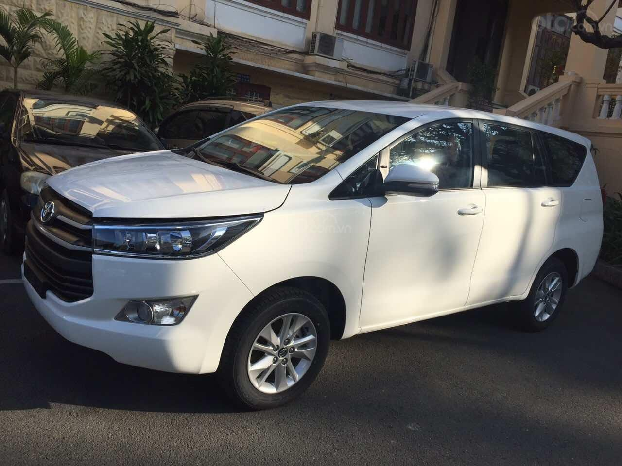 Cần bán xe Toyota Innova 2.0E MT đời 2019, màu trắng giảm tiền mặt, tặng bảo hiểm, DVD, camera, hộp đen-1