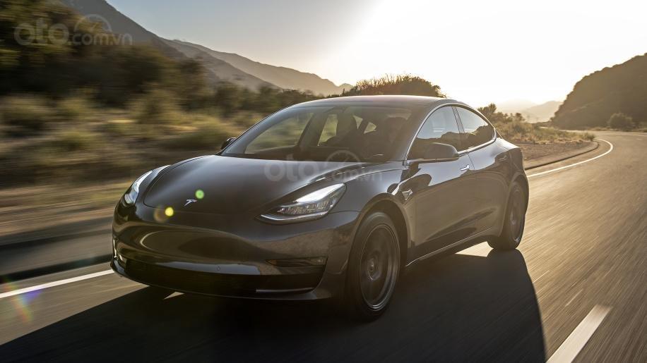 Tesla Model 3 đầu xe đang chạy