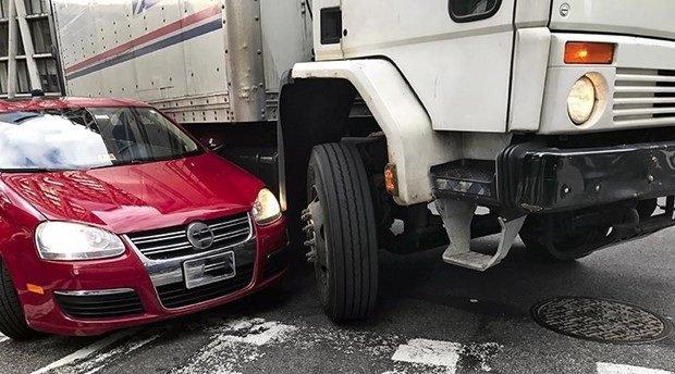 Tai nạn do vượt xe tải không đúng cách...